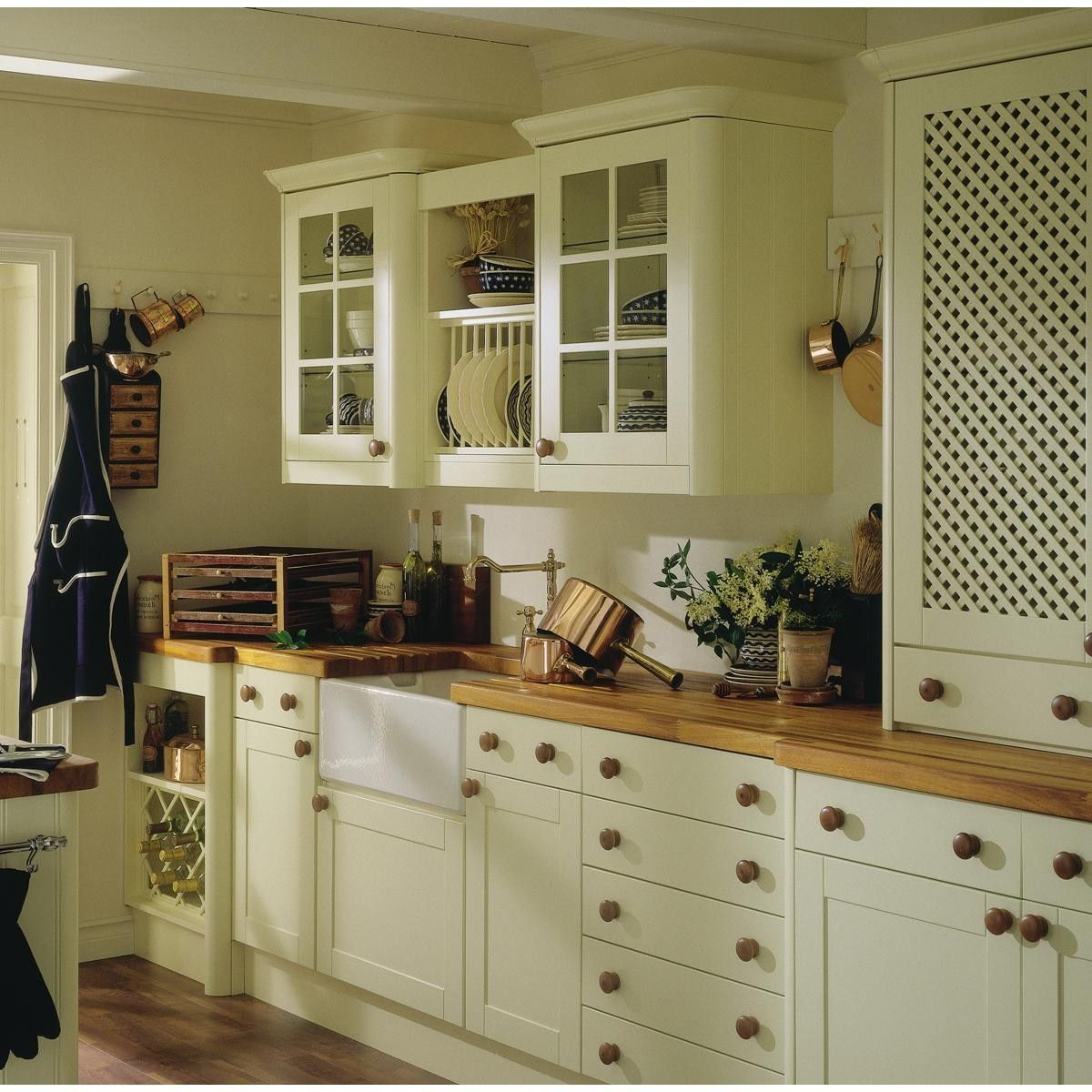 I really like the wall units in this kitchen.