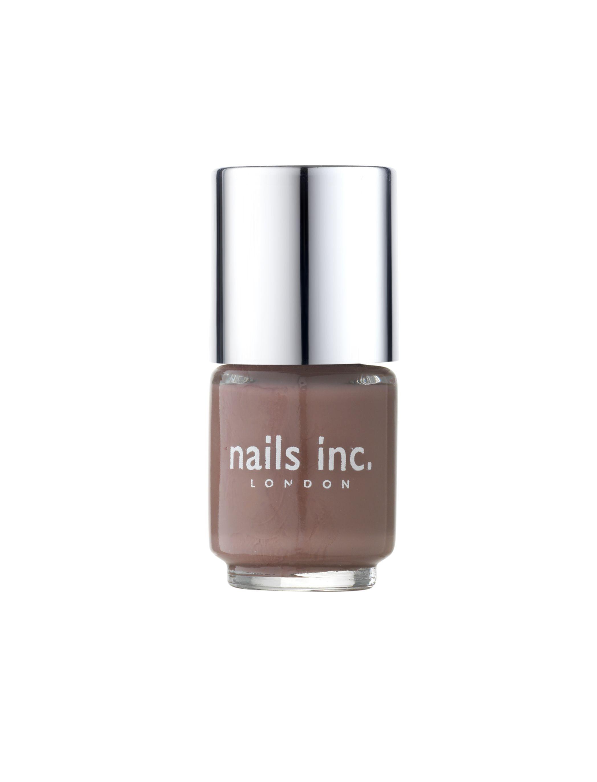 un mini Nails Inc, à glisser dans votre sac pour vous suivre dans vos aventures trépidantes au quotidien ! Un bleu profond séduisant, un rouge carmin indémodable, un nude et un taupe discrets, et un violine chic... A vous de choisir la couleur tendance qui accessoirisera votre tenue !