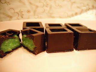 Parliamo di dolcezze...e come non pensare ai cioccolatini?  Fino a qualche giorno fa avevo degli stampini singoli di silicone per cioccolati...