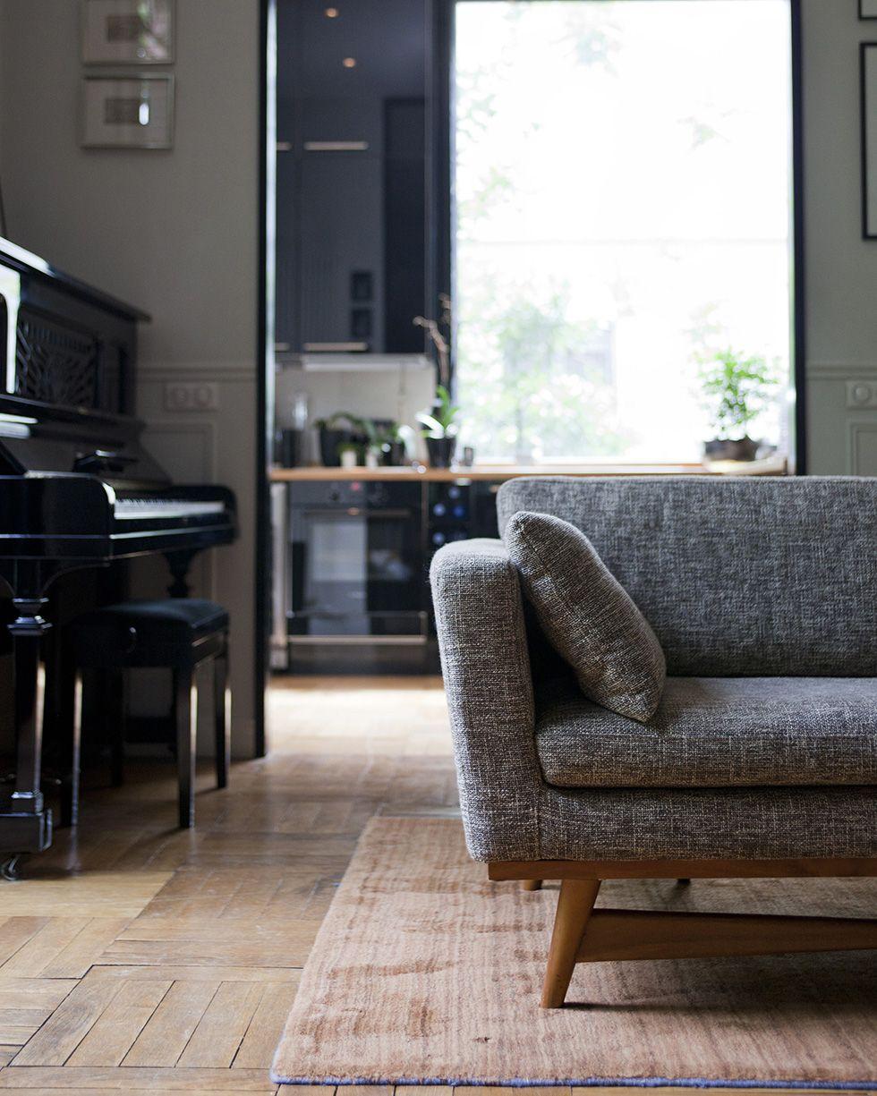 canap esprit scandinave de chez rededition au sol tapis andr e putman chez la directrice. Black Bedroom Furniture Sets. Home Design Ideas