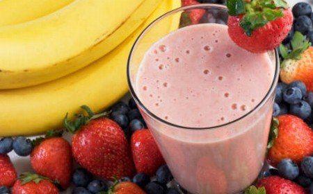 Batido de banano y fresas  3/4 cucharadita de extracto de vainilla 2 bananos en rebanadas media taza de miel media taza de hielo 1 1 / 2 tazas de yogur de fresa mas 2 fresas frescas, Modo de preparación  Colocar todos los ingredientes en una licuadora teniendo en cuenta el siguiente órden: miel, extracto de vainilla, plátano, yogur y hielo. Licuar aumentando la velocidad hasta lograr una mezcla suave. Servir en un vaso largo. adorna con una fresa...