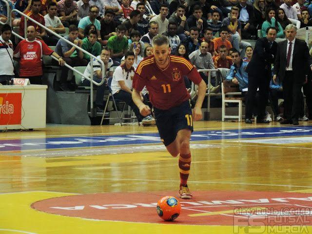 Miguelín disparo falta. @SeFutbol España-Grecia. Homenaje a Kike Boned. Ginés Rubio @grl48