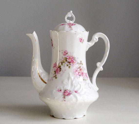 th i re ancienne en porcelaine d cor de roses par frenchdecochic vaisselle ancienne vaisselle. Black Bedroom Furniture Sets. Home Design Ideas
