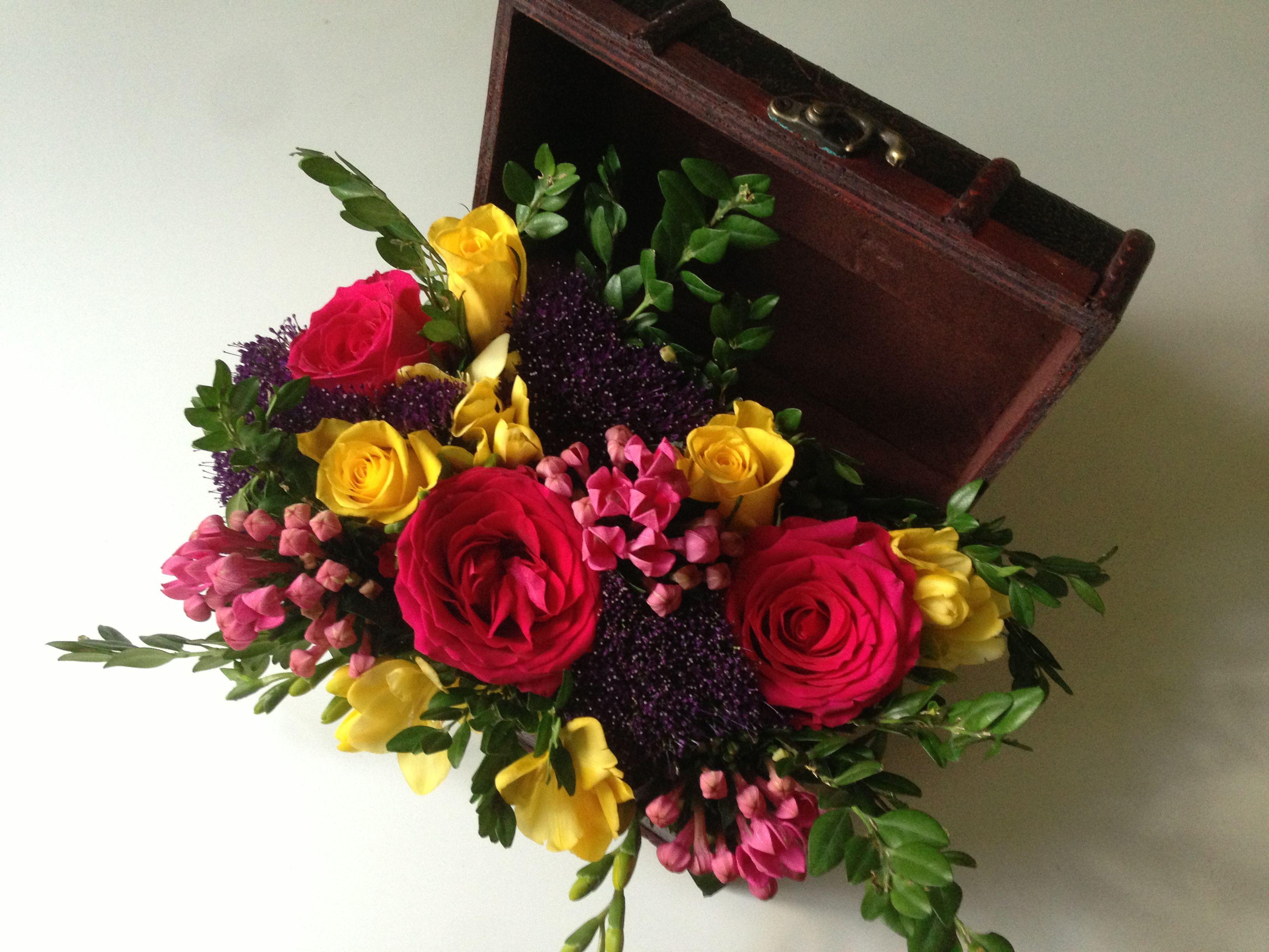 Цветов, букет в сундучке фото