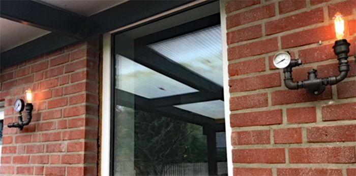 Lampen aus Fittings und schwarzen Stahlrohren im wettergeschützten - lampen fürs wohnzimmer