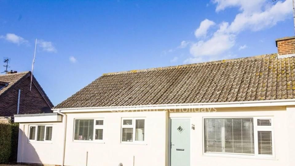 We have this lovley dog friendly cottage for hire in Norfolk. Based in Heacham a village and just a short walk to Heacham beach. This Norfolk dog friendly cottage is available for 2 night bookings. Book with 15% off too. Use '15off' when booking online or@over the phone. #seasidecotttage #norfolk #norfolkcoast #dogfriendly #cottage #holidayrental #uk #doggo #beach #greatdeals