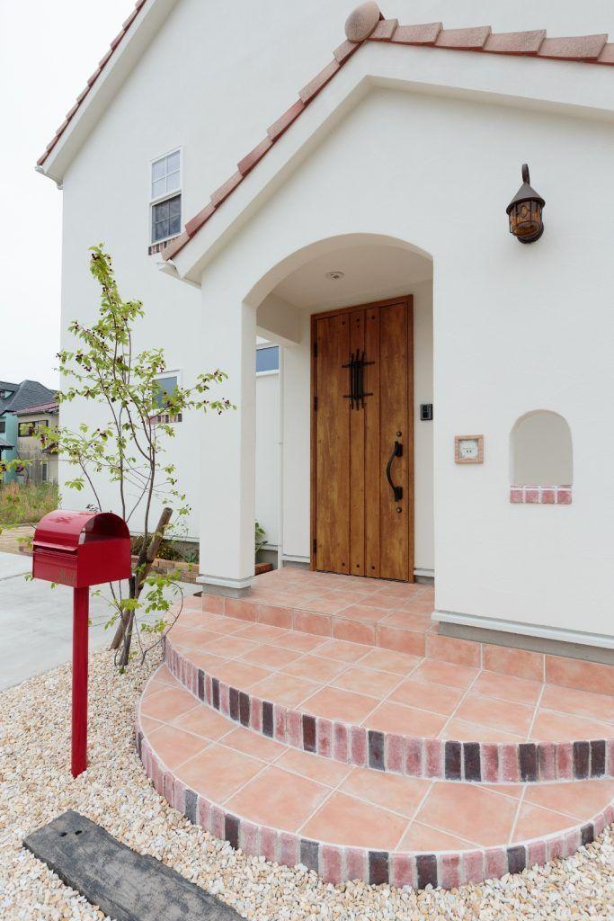 Bbqやホームパーティーが楽しめる 居心地の良い家 玄関ポーチ タイル