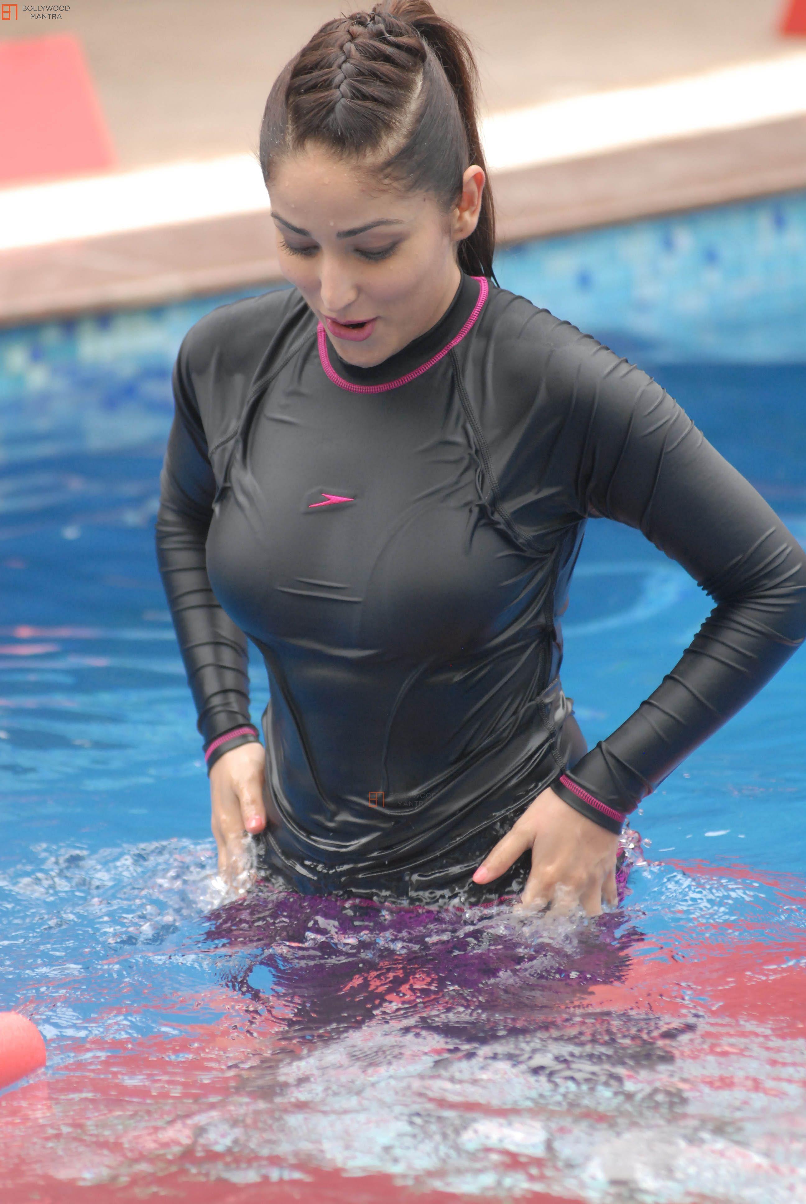 the sensual celeb : Selena Gomez Hot Wet Photos