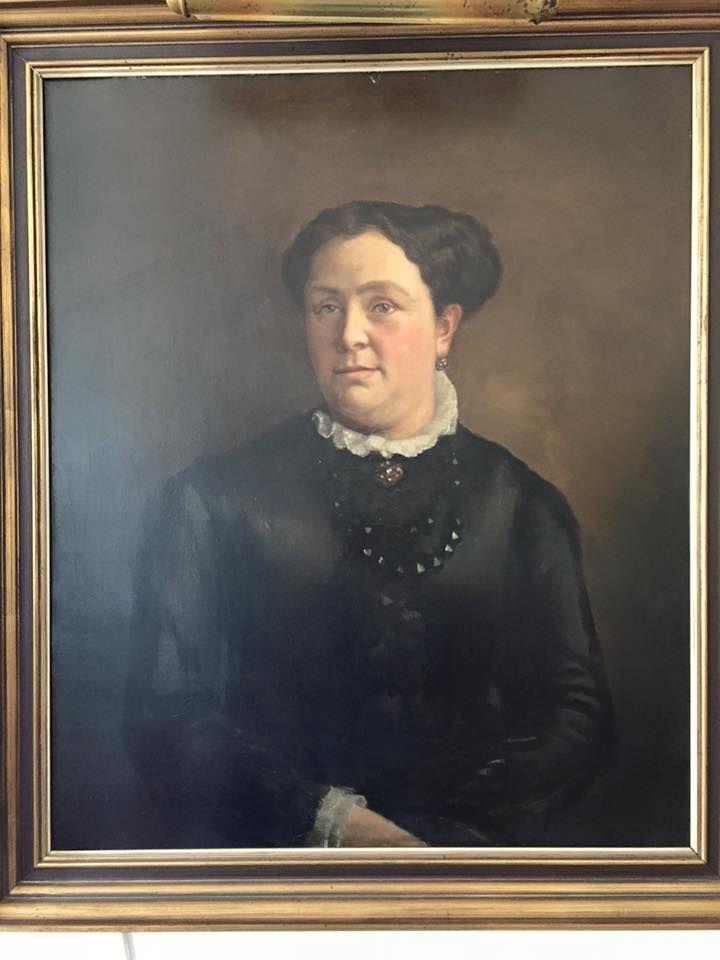 """""""Een Monumentale Oma! Moeder van 12 kunstenaars! Al haar kinderen waren zeer creatief. Geen wonder, ze was de vrouw van een geniaal maar lastig man ( hij ontwierp en bouwde oa. de St Nicolaas kathedraal in Amsterdam ). Wat een vrouw!"""" Birgit #fotoschrijven"""