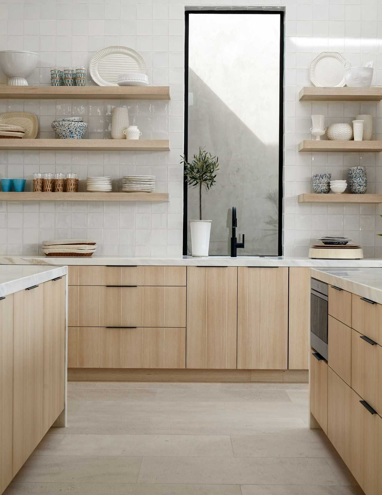 casa leggera part a... the great room and kitchen - Hillary Taylor Interiors #minimalkitchen