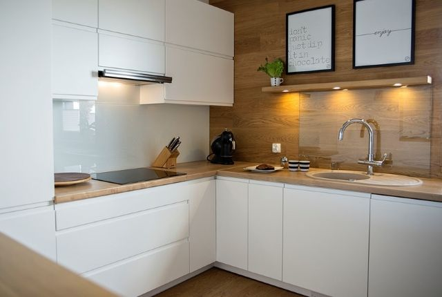 Kuchnia Dla Singla Jak Urzadzic Mala Kuchnie W Kawalerce Modern Kitchen White Modern Kitchen Modern White Kitchen Cabinets
