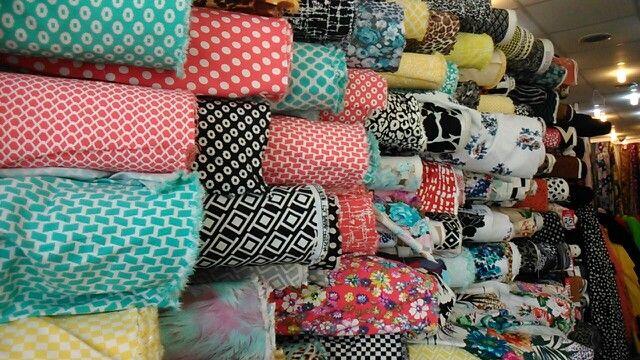 أقمشة بألوان زاهية في معرض الدخيل للأقمشة شارع الشافعي الرياض