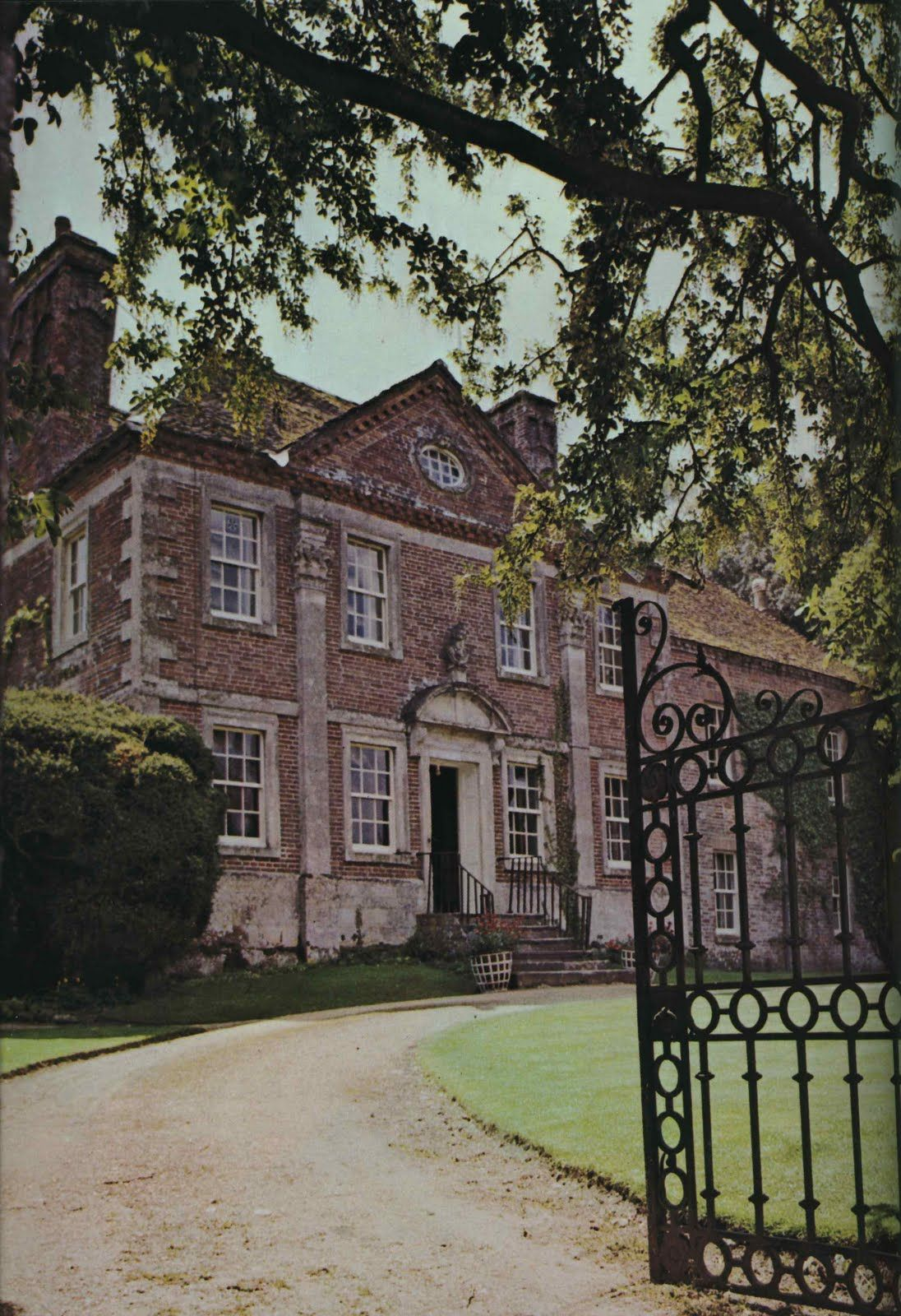 British Country Homes: Cecil Beaton's English Manor.... I Love This Spectacular