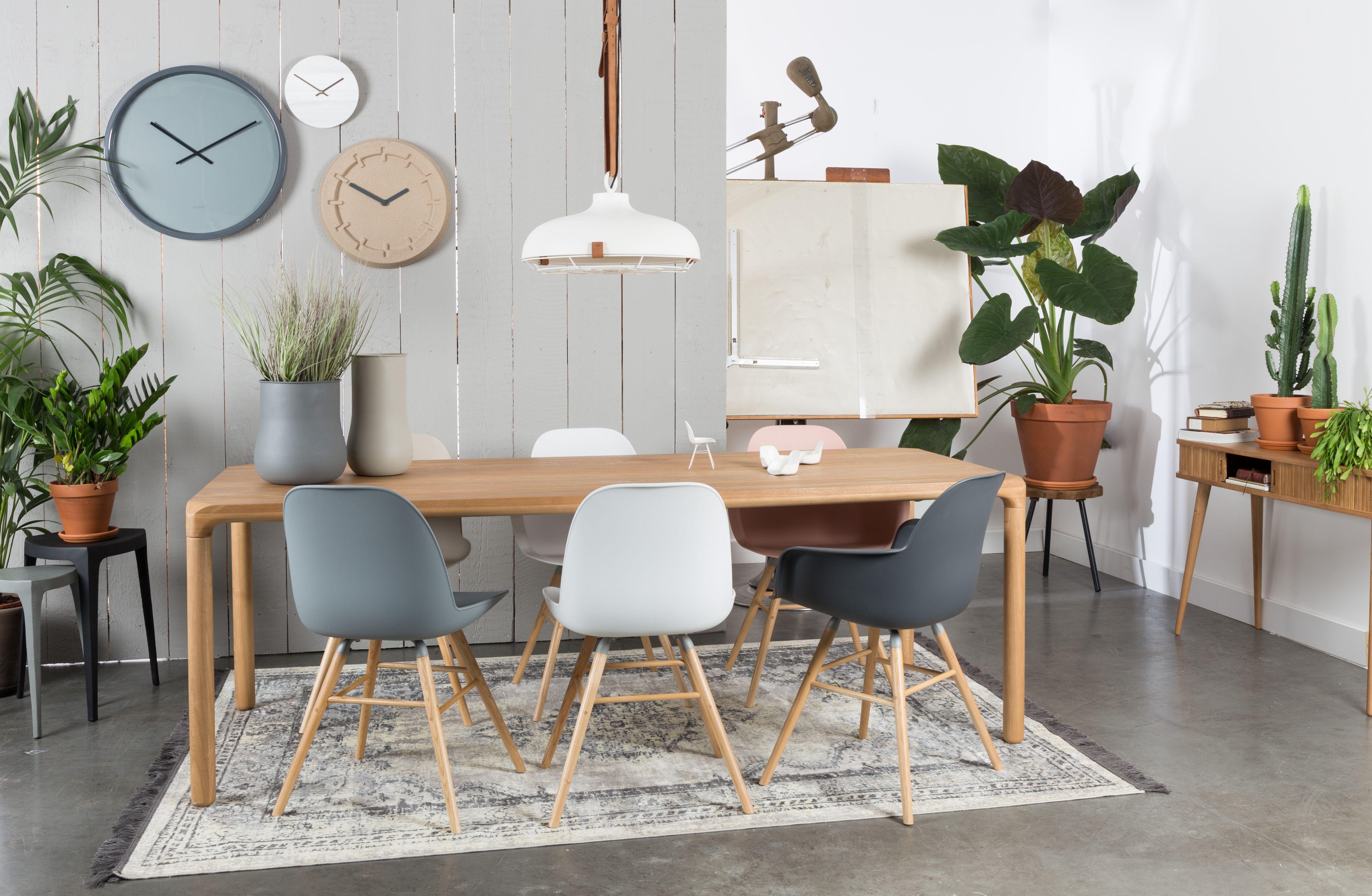 Salle à manger design et chaleureuse avec du mobilier au ...
