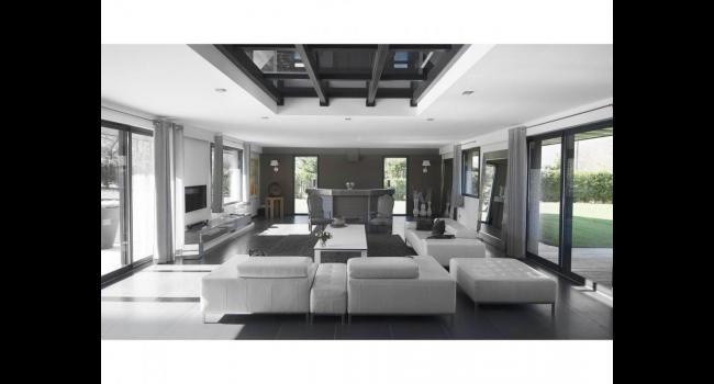 Salon fauteuil sofa blanc gris clair moderne spacieux grand lumineux rideaux salon villa - Grand salon moderne ...