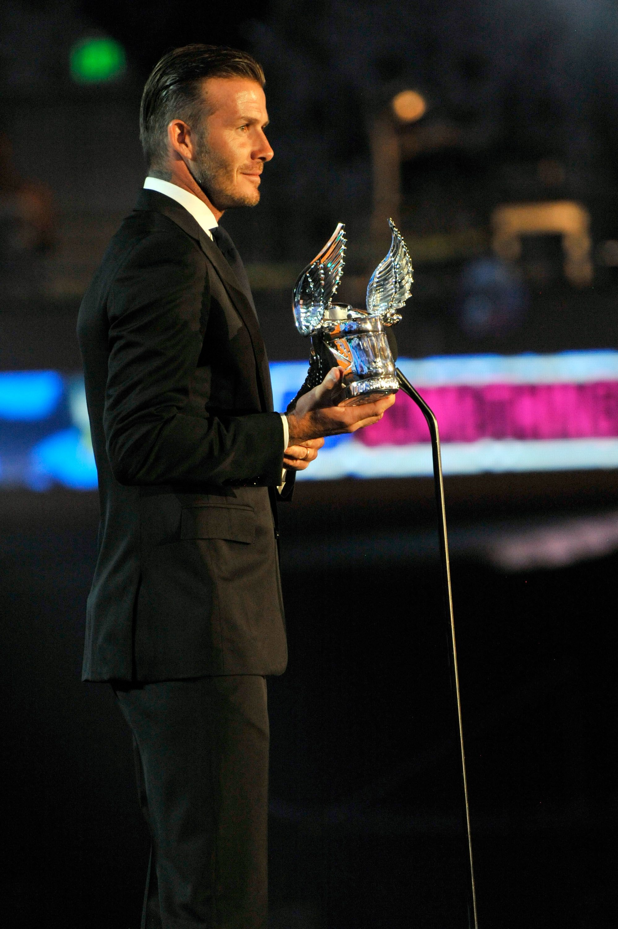 David Beckham looks great at EVERY angle! He rocked it during the 2011 @VH1 Do Something Awards show!