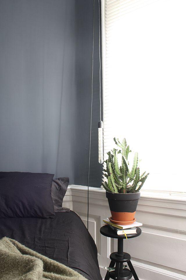 Theo-Bert Pot und sein Freund Jelle leben im holländischen Den Haag in einer 85 Quadratmeter-Wohnung im Erdgeschoss mit Gartenzugang. Sie haben ein Händchen für dunkle Farben, ohne das es zu düster wi
