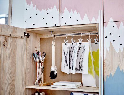 l ments ivar sur lesquels a t peinte une fresque en bleu blanc et rose une des portes est. Black Bedroom Furniture Sets. Home Design Ideas