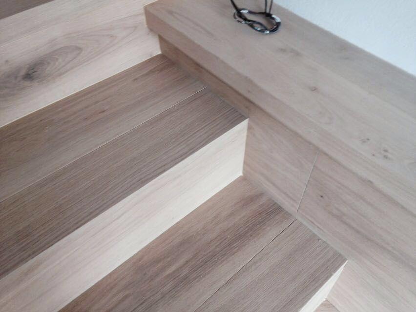 Colocaci n de parquet punta hungr a escaleras de interior y tarima de madera de roble en casa - Tarima madera interior ...