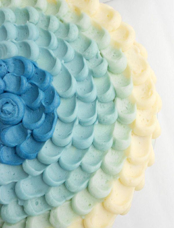 Precioso pastel Petal Cake con tonalidades azules y blancas, ¡nos encanta esta foto de @culinarycouture! #Receta #Decoracion #PastelPetalCake