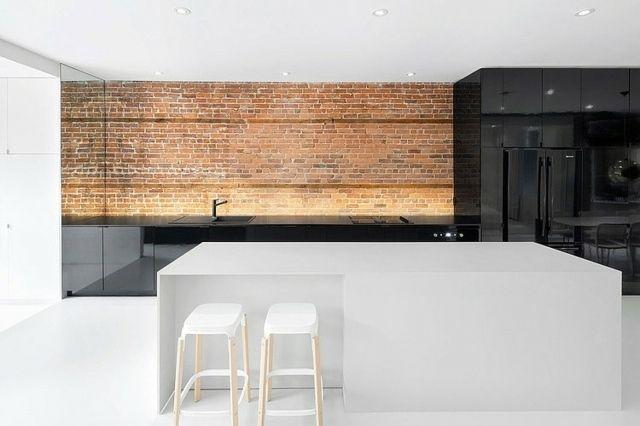 Minimalistische Küche Mit Unbehandelter Ziegelwand Und Hochglanz Theke