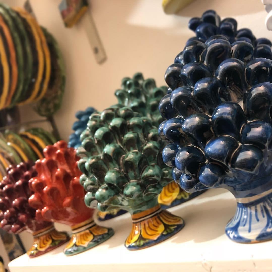 """#Pigna in #ceramica siciliana di #Caltagirone interamente lavorata a mano,utilizzabile come soprammobile o ideale per ingressi ville o bordi balconi. • Da notare i particolari ben definiti e la qualità dell'arte manifatturiera. • MISURA GRANDE COME DA FOTO(10cm di altezza) • DAVVERO UN PEZZO PREZIOSO 😍 • DISPONIBILI TANTE ALTRE MISURE • PER QUALSIASI INFO CONTATTATEMI • Possiamo realizzare colorazioni personalizzate su ordinazione. • La """"PIGNA"""" è un simbolo di prosperità e benvenuto e…"""