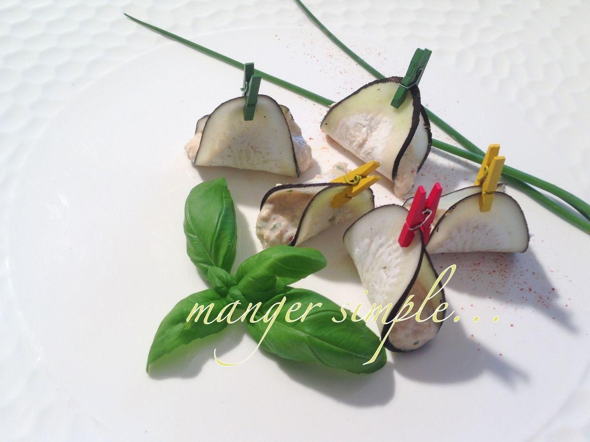 les ingrédients de la recette : 1 petit boîte de thon blanc au naturel 2 petits-suisses 1 cc de moutarde à l'ancienne 1 CS de crème fraîche 1 pincée de piment de 3 à 4 feuilles de basilic 1/2 citron vert, Pour le jus poivre noir du moulin sel égouttez...
