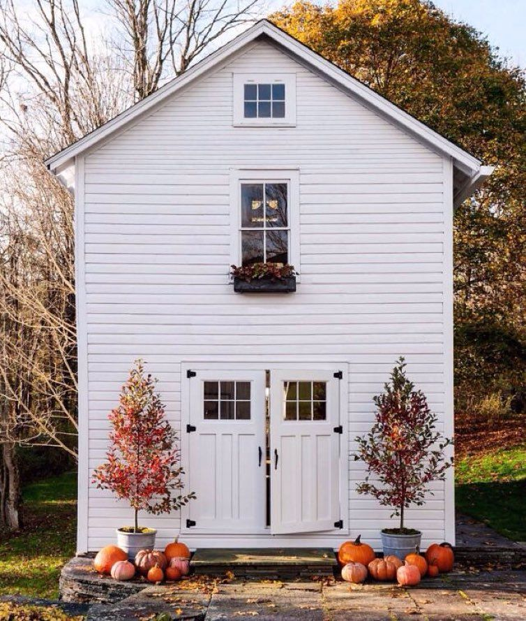 We love this tiny house and it's Fall decor! #hickoryandbirch #loveyourhome…
