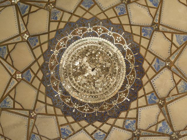 心が震えるシンメトリー ペルシャ芸術 至宝の天井装飾が想像を遥かに