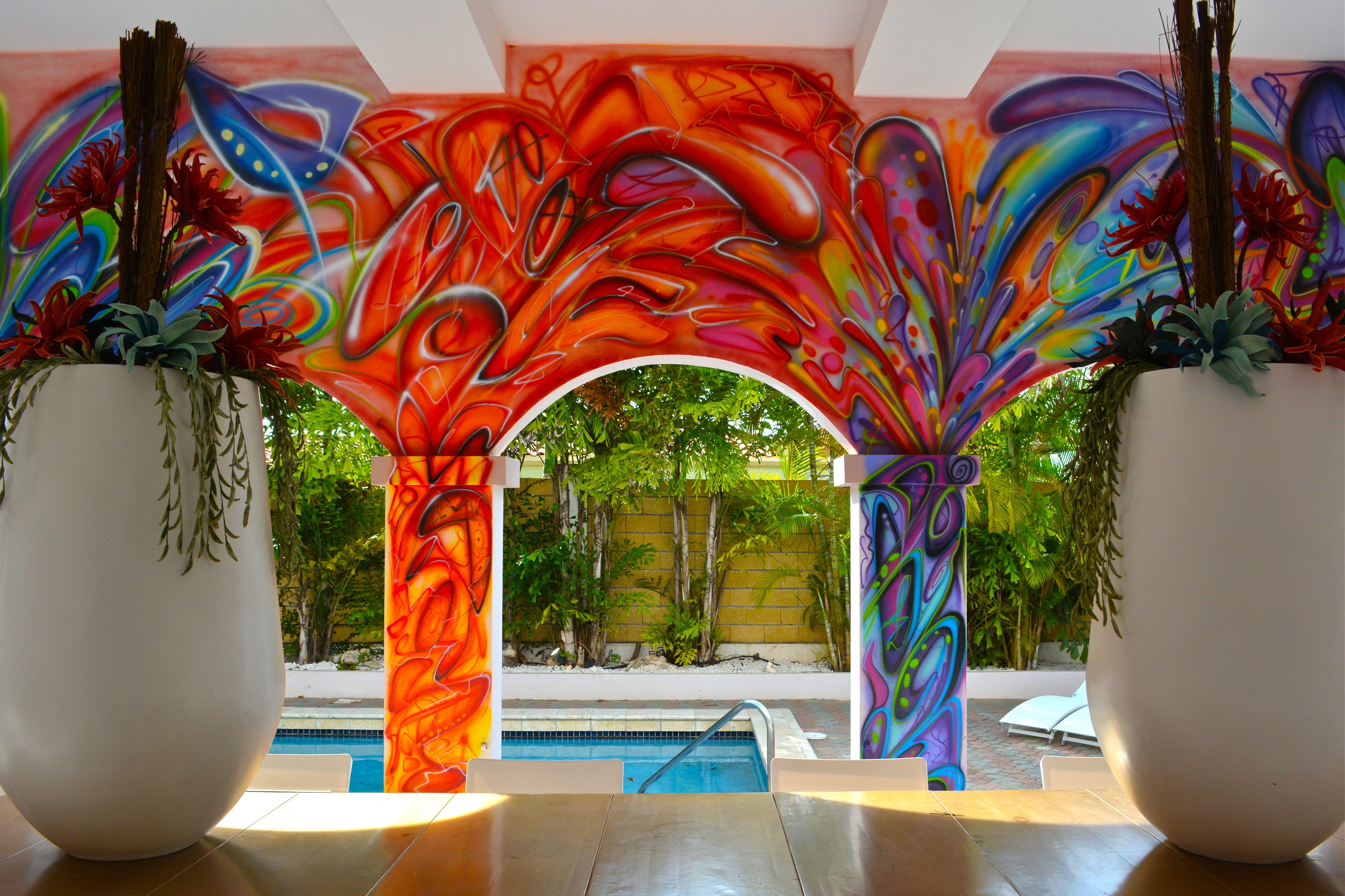 Graffiti je v obecném smyslu druh výtvarného projevu pracující ve veřejném prostoru technikou nanášení barev, často ve formě spreje nebo fixy, případně škrábání, leptání. I když v některých případech graffiti zohyzďují vnější zdi budov všelijakými hesly a nelibými motivy, neznamená to, že tento způsob kreslení a barvení stěny nelze převést do umění, provádí-li se s talentem může vzniknout nesčetné množství nápaditých interiérů.  Související články Hra barev HODINY PRO KAŽDÉHO…