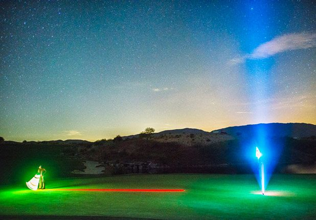#Nightgolf mit #LED #Golfbällen. Auf dem #Green mit LED-Ausleuchtung der Fahne. #golf #golfing #golfgods #golfer #golfporn #wintergolf #golfcourse #whyilovethisgame #golfpresent #golfballs #findgolfballs #nightgolf