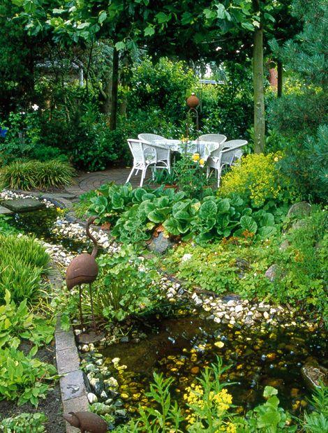 im k hlen schattengarten s uselt ein kleiner bachlauf auf der terrasse im hinteren teil des. Black Bedroom Furniture Sets. Home Design Ideas