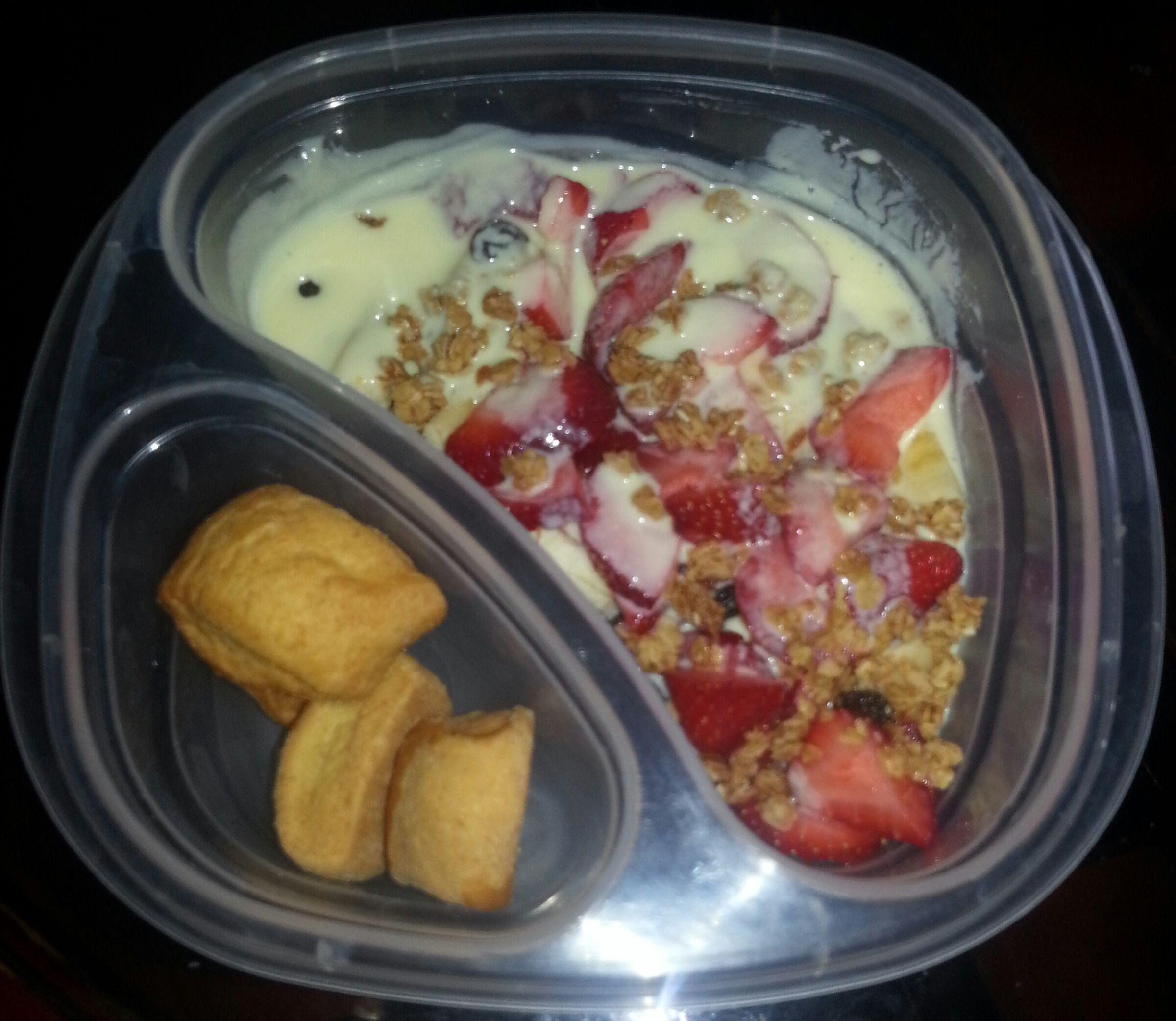 Un poco de yogurt, granola y fruta picada..acompañados de bizcochitos! refrigerio completo. Siguenos La Hora del Lunch EC en facebook