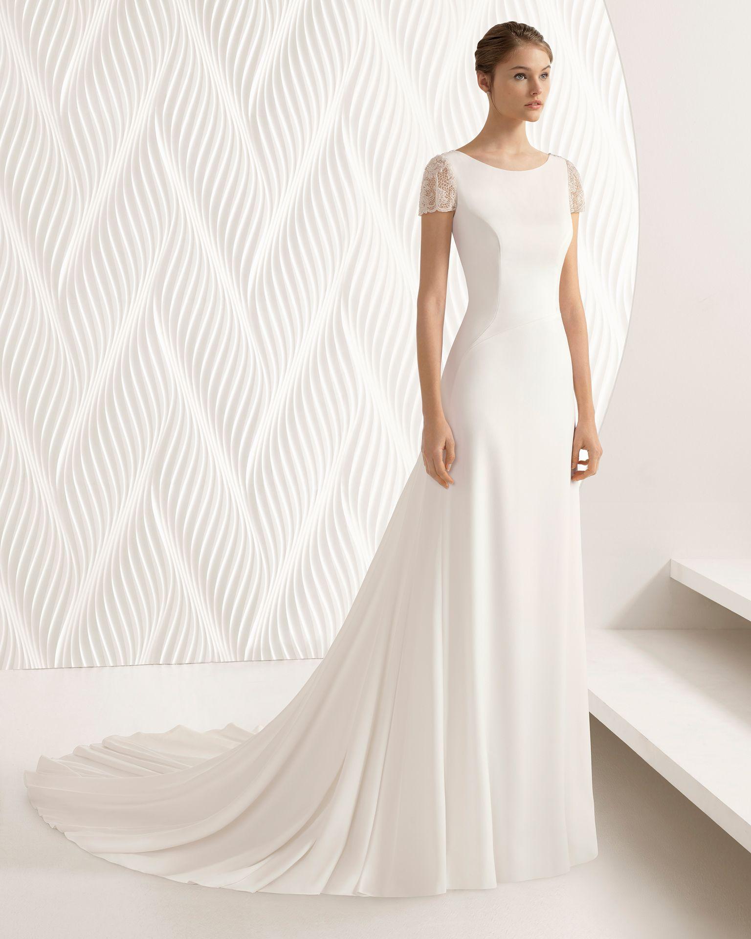 b2c60cb5c8bf Vestido de novia corte sirena de crepe y encaje de manga corta y espalda  abierta. Colección 2018 Rosa Clará.