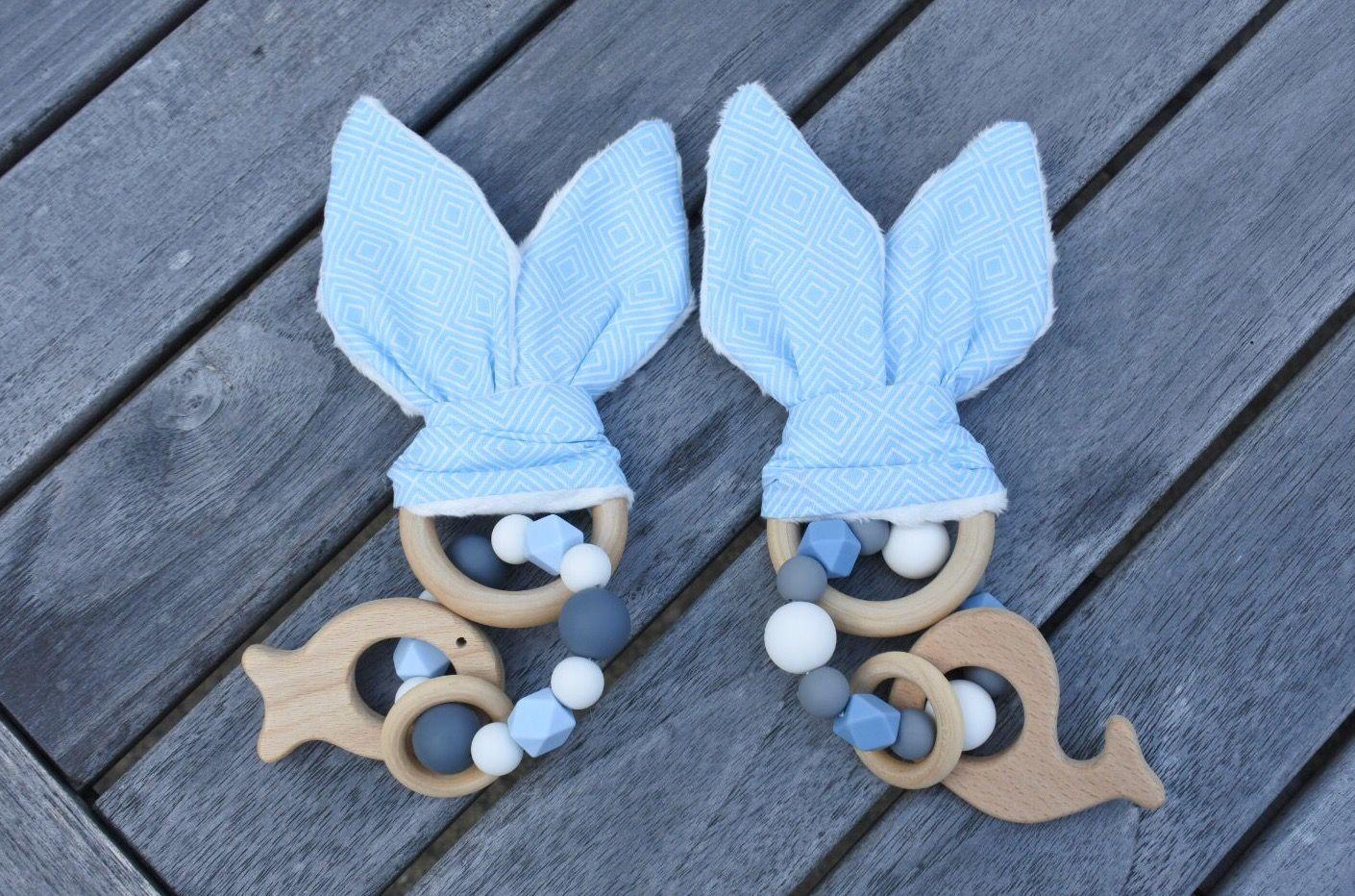 Knisperende konijnenoortjes#2-ling# babyblue# met silicone bijtring# houten hanger