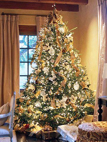 46 Stunning Ways To Trim Your Christmas Tree Christmas Tree Traditional Christmas Tree Beautiful Christmas Trees