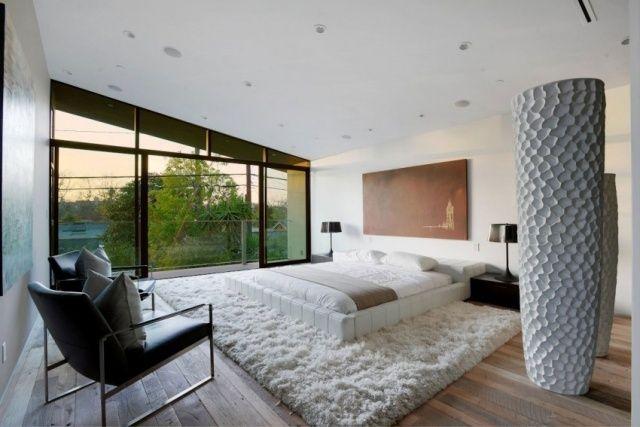 schlafzimmer modern holzboden weißer shaggy teppich balkon Home - schlafzimmergestaltung mit dachschrage