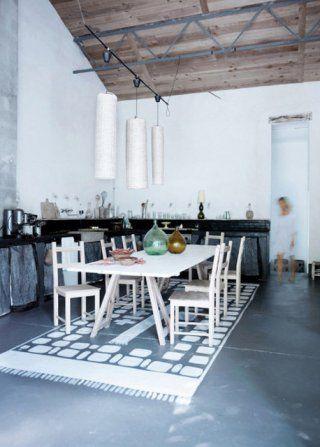 Animer une cuisine neutre avec un tapis de sol en carreaux de ciment ou peint sur un sol béton/résine # kitchen #concrete