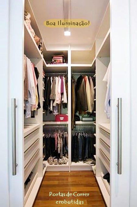 um closet pequeno no quarto pequeno cama queen closet e