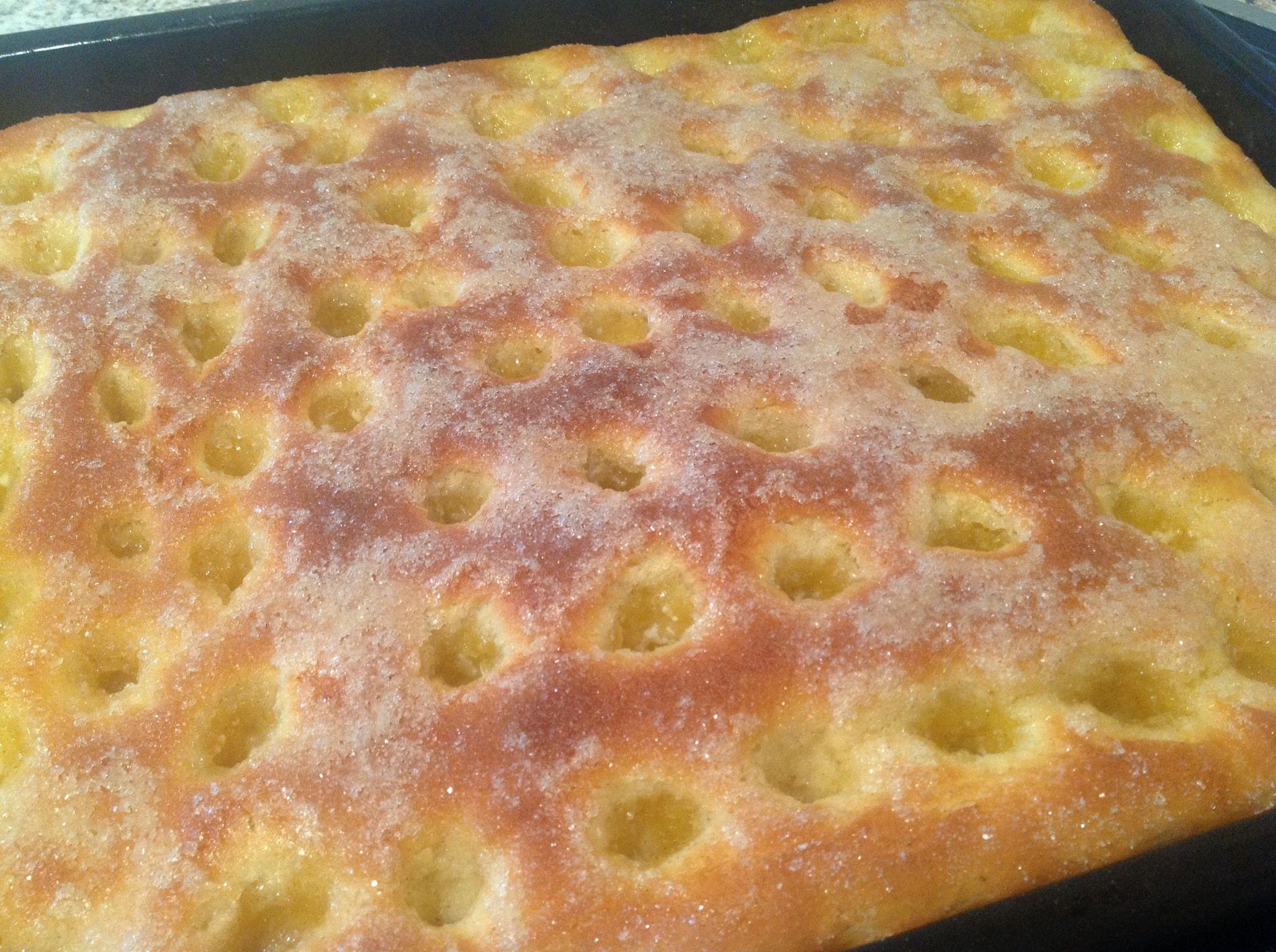 Ein einfach zu backender Hefeteigkuchen mit viel Butter, eben ein Butterkuchen. Butterkuchen ist warm aus dem Ofen oder auch aufgetrocknet ein Gedicht. #cookiebutterpie