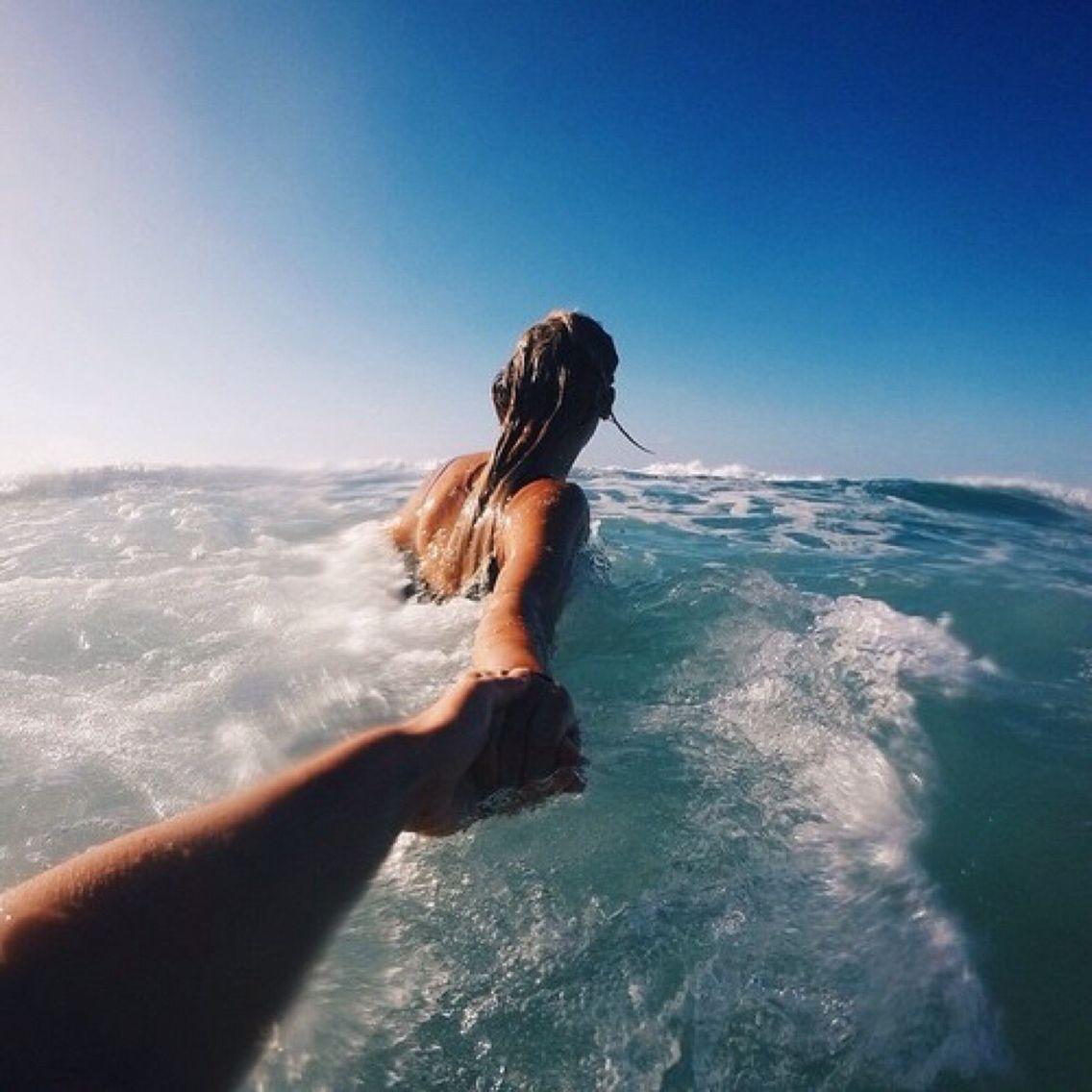 Девушка лица не видно на море