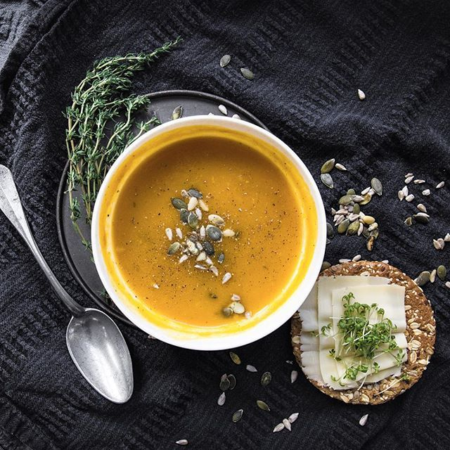 Pumpkin soup for dinner, hope it will keep me warm on this rainy day!! #mudstories #pumpkinsoup #pumpkinseed #soup #whatsfordinner #food #foodstyling #foodphotography #thyme