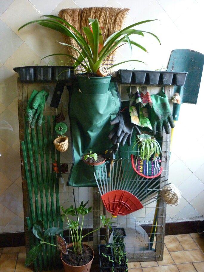 Un pequeño organizador con materiales de jardín de casa
