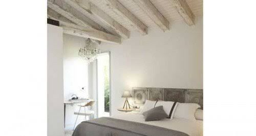 Repeindre un plafond avec poutres en bois apparentes Salons