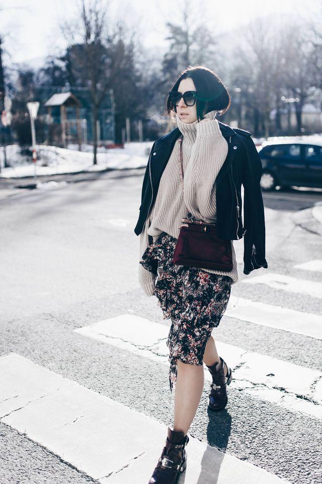 Winter Outfit mit Rock, Lederjacke und Strickpullover