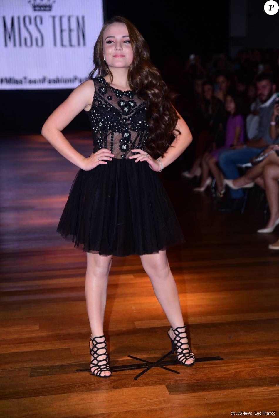 251cbc018ae01 Larissa Manoela desfila sua coleção de roupas para a loja Miss Teen em São  Paulo