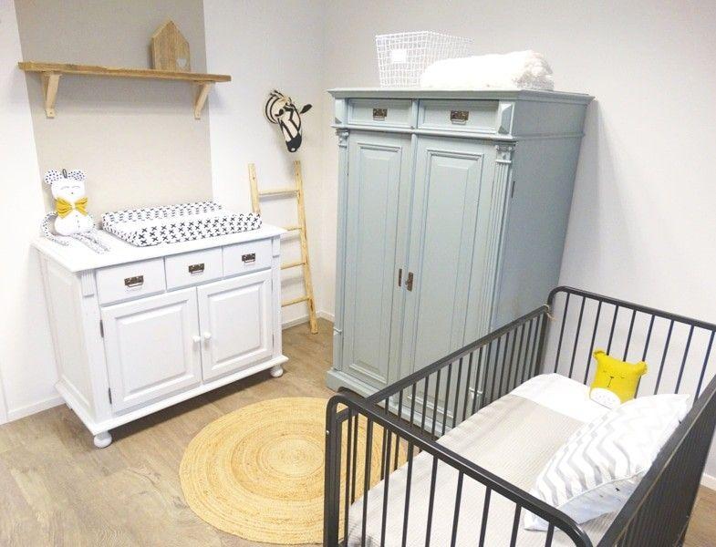 Babykamer Wit Grijs.Babykamer In Oudgroen En Wit Grijs Met Ijzeren Ledikantje
