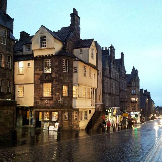#highstreet #edinburgh #scotland #johnnoxhouse #rain #rainyday #theroyalmile #followmetoscotland