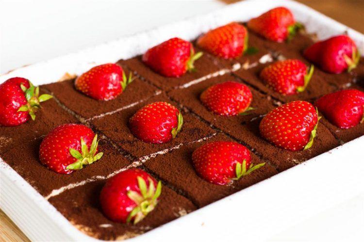 Schneller-Tiramisu-Käsekuchen-mit-Erdbeeren-Rezept-11