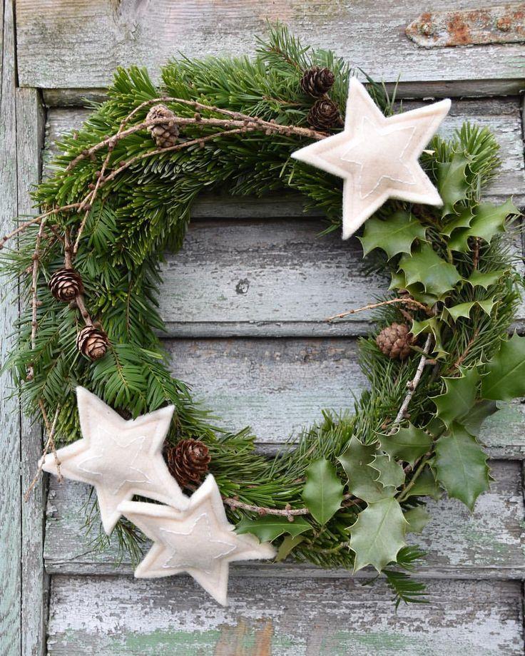 Der Kranz aus dem gesammelten Naturmaterial hängt nun an der Haustüre... #tür #weihnachtsbastelnnaturmaterialien